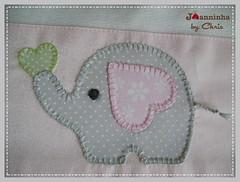 elefante fralda de ombro (Joanninha by Chris) Tags: enxoval feitoamão handmade bordado artesanato aplicaçãodetecidos patchwork embroidery fraldaombro enxovalbebe enxovalmenina elefante