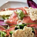 Salade de l'Auberge (Mélange de salades, gravlax de truite, crème citronnée). thumbnail