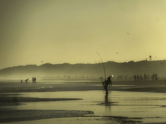 Pescando en la bruma (naomikean) Tags: argentina necochea bruma marina gente pescador