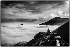 Sur l'étroite crête du cratère ! (bertranddorel) Tags: volcan noiretblanc bnw bw bn nb blackandwhite mono monochrome contrast nikon indonésie java cratère nuages clouds ciel cendre humain human homme people