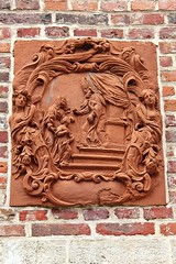 Groot Begijnhof # 10 (just.Luc) Tags: terracotta terrecuite terracota red rood rouge rot bricks briques bakstenen grootbegijnhof béguinage begijnhof belgië belgien belgique belgica belgium vlaanderen flandres flanders vlaamsbrabant patrimoinemondial werelderfgoed worldheritagesite unescowelterbe europa europe sculpture escultura rojo rosso
