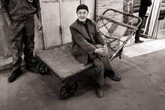 Carrier (Tom Levold (www.levold.de/photosphere)) Tags: fuji fujixpro2 isfahan xf18mm sw bazaar bw basar esfahan porträt männer portrait men people candid