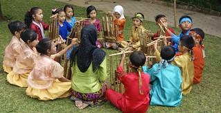 INDONESIEN, Java, Bandung, Beim Angklung-Spiel (Bambusinstrument), 17176/9674