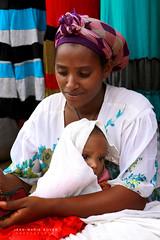 Ma mère et l'enfant - Gondar (jmboyer) Tags: eth0676 ©jmboyer canonfrance canon eos googlephotostravel voyage ethiopie ethiopia travel afrique gettyimages imagesgoogle photoyahoo photogéo lonely picture nationalgeographie ኢትዮጵያ አፍሪቃ viajes googlephotos äthiopien