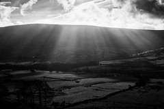 Rays (l4ts) Tags: landscape derbyshire peakdistrict darkpeak edale rushupedge crepuscularrays clouds blackwhite monochrome
