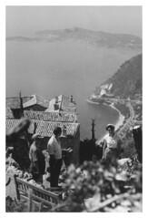 Eze agosto 1956 (9912) (dindolina) Tags: photo fotografia blackandwhite bw biancoenero monochrome monocromo vintage 1956 1950s fifties annicinquanta family famiglia history storia marialaviniabovelli eze costaazzurra frenchriviera france francia mare sea vacanze vacation summer estate
