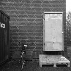 a bike (rotabaga) Tags: sverige sweden svartvitt göteborg gothenburg blackandwhite bw bwfp lomo lomography lubitel166 tmax400 twinlens mediumformat mellanformat 120 chalmers