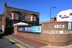 Worth a Look (innpictime ζ♠♠ρﭐḉ†ﭐᶬ₹ Ȝ͏۞°ʖ) Tags: pub lampstandard bar greatyarmouth norfolk banner parasol marineparade barkingsmack lacons flamingo freehouse 526022801736115