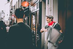 The Entertainer (Joeydarkroom) Tags: paris montmartre france musique accordéon street ville rue ho photoderue photoshoot streetphoto people extérieur