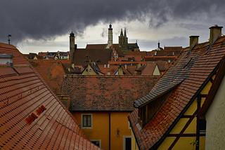 Dunkle Wolken über roten Dächern