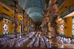 IMGP8324 Cao Dai Temple Ceremony (Claudio e Lucia Images around the world) Tags: caodai temple religion eye vietnam monk priest pentax priests persone architettura soffitto pentaxk3ii sigma sigma1020 tayninh