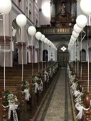 heliumballonnen in een kerk voor bruiloft