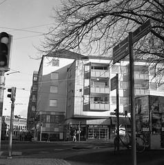 Hemköp (rotabaga) Tags: sverige sweden svartvitt stigbergstorget majorna göteborg gothenburg lomo lomography lubitel166 tmax400 twinlens mediumformat mellanformat blackandwhite bw bwfp 120