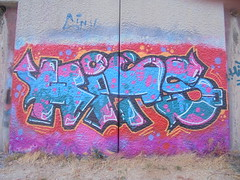 1007 (en-ri) Tags: hits crew arrow indaco arancione rosso nero lilla parco dora torino wall muro graffiti writing