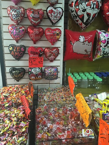 Dans un des nombreux magasins de bonbons de la ville, les bonbons se vendent ici au kilo !