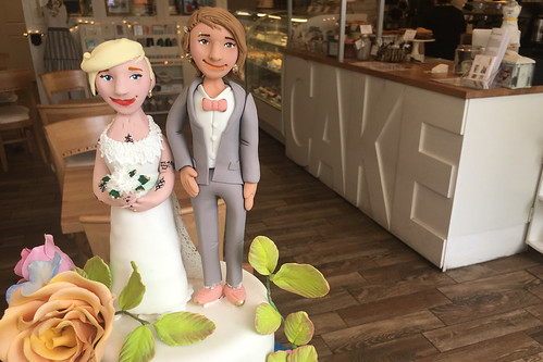 Brides Figurines Rainbow Cake