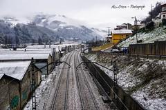 Vías del tren con montañas nevadas. (Alex Otero - Photograph) Tags: asturias paraiso natural paradise nieve snow nature ciudad vía tren train landscape sony a6000 paisaje town cielo sky