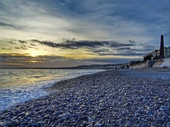 La plage en hiver (nissmag) Tags: nice côtedazur france coucherdesoleil plage galets paysage eau mer ciel nuages promenadedesanglais hiver calme janvier frenchriviera rivage borddemer sunset seascape waterscape sea water beach winter seaside skyscape sud suddelafrance