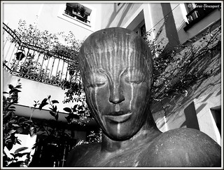 Visage de la statue dans la cour de la mairie de Sainte-Marie la Mer
