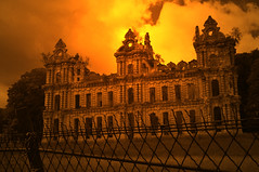Castle drama (DameBoudicca) Tags: france frankreich frankrike francia フランス chiryourscamp châteaumennechet mennechet château シャトー ruins ruiner ruin ruine ruina rovina 廃墟 はいきょ fence staket zaun valla clôture recinto 塀 へい