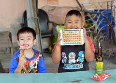 boys, their snacks and a tablet computer (the foreign photographer - ฝรั่งถ่) Tags: may172014nikon two boys children ice cream snack coconut drink sitting table khlong lat phrao portraits bangkhen bangkok thailand nikon d3200