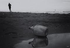 Message in a bottle (Ida Di Pasquale (captura65)) Tags: messaggio bottiglia bottle mare sea beach spiaggia bw