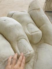 La grandeza (Micheo) Tags: contraste roma rome mano hands finger dedos uña nail escultura arte