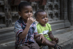 best friends (hph46) Tags: sansibar stonetown zanzibar tanzania eastafrika boys children sony alpha6500 canonef2470mm14lisusm