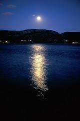 Corse (Joseff_K) Tags: mer sea nuit night lune moon mermediterranee mediterraneansea reflet reflection leicam6 m6 diapositive ektachrome slide film inversible kodakektachrome100 100asa