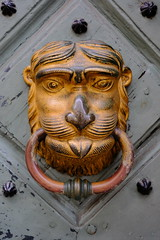XE3F7408 - Aldaba - Door knocker - Heurtoir – Klopfer - Молоток (Enrique R G) Tags: aldaba llamador tirador doorknocker cracovia cracow krakow poland polonia fujixe3 fujinon1024