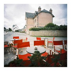 Café du Port, Brignogan-Plage, September 2016 (dreifachzucker) Tags: istillshootfilm filmisnotdead believeinfilm 120 lomographylca120 lomo lca120 film c41 kodakportra160 analog analogue france frankreich brignoganplage bretagne breizh bzh september24th2016 september 2016 autaut