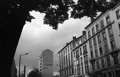 Villeurbanne en décembre (L.la) Tags: villeurbanne lyon rhône france eu europe europa 69 noiretblanc nb blackandwhite bw monochrome argentique analog 135 24x36 35mm antiquecamera olympus mju2 olympusmju2 compact ilfordhp5 ilford hp5 hp5plus lc29 scanner epson v600 epsonv600 400iso 2017 décembre hiver city cityscape urban ville arbres ciel nuages cloud laurentlopez lla coursemilezola street rue