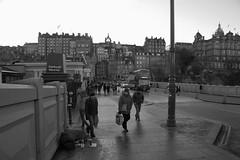 Edinburgh 4 (pjarc) Tags: europe europa great britain scozia scotland edimburgo edinburgh città city street photo bw black white biancoenero gente peoples moment detail nikon dx december 2017