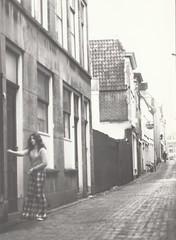 Bornsteeg (november 1973) (Barry van Baalen) Tags: gorinchem gorcum gorkum foto photo monochrome 1973 bornsteeg alley steeg