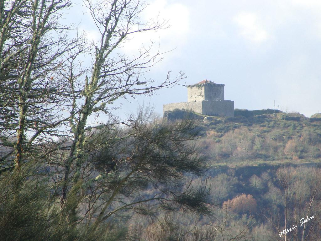 Águas Frias (Chaves) - ... o castelo de Monforte de Rio Livre no alto do Brunheiro ...