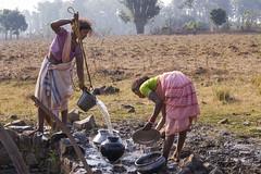 Kawardha - Chhattisgarh - India (wietsej) Tags: kawardha chhattisgarh india minoltadynax7 7d minolta28105mmf3545afxi 28105mm water pump tribal women rural vilage sony wietse jongsma bhoramdeo