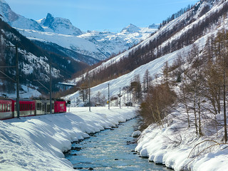 Un train peut en cacher un autre.....A train can hide another one !