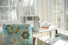 The first quilt top I finished in my new sewing room. (balu51) Tags: patchwork sewing quilting stashsewing quilt quilttop wip grandmothersflowergarden hexies hexagons blue turquoise teal green winter wintermorning morninglightsewing roomsewing machinebacklight60mmmärz2018copyright by balu51