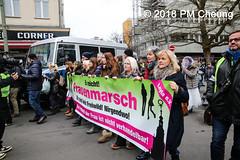 Proteste: Frauenmarsch zum Bundeskanzleramt  | Nicht in unserem Namen – Kein Feminismus ohne Antirassismus! – Berlin – 17.02.2018 - IMG_9453 (PM Cheung) Tags: frauenmarschzumbundeskanzleramt berlin 17022018 antifa blockaden demonstration feminismus polizei demo bundeskanzleramt leylabilge alternativefürdeutschlandafd lutzbachmann identitärebewegungib aufmarsch frauenmarsch marschderfrauen antifaschisten gegendemonstration bündnisgegenrechts unserealternativeheistsolidarität mehringplatz checkpointcharlie b1702 afd neonazis rassismus flüchtlinge protest 2018 rechtegewalt pomengcheung pmcheung toleranz diskriminierung protestveranstaltung hooligans mengcheungpo facebookcompmcheungphotography merkelmussweg rechtsruck rechtspopulismus sexismus kandelistüberall willybrandthaus