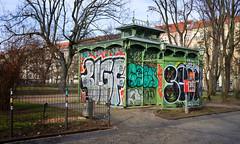 - boxhagener platz - (-wendenlook-) Tags: color colors wc berlin friedrichshain boxhagenerplatz urban grafitti sony a7ii alpha7ii 3528 35mm 1125 f8 iso100 zeiss