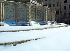 La Fontana Maggiore - Perugia (Ola55) Tags: ola55 umbria italy perugia piazzaivnovembre snow neve winter inverno art arte sculpture scultura fountain fontana italians aplusphoto hccity