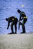 Preparandose para el servicio (ibzsierra) Tags: ibiza eivissa baleares canon 7d 100400isusm playa beacg guardiacivil sewrvicio trabajo persona gente
