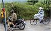 0374- ESCENA VIETNAMITA EN HALONG - VIETNAM - (--MARCO POLO--) Tags: personas rincones ciudades exotismo bicicletas asia