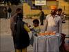 Attari-Wagah (Christian Lagat) Tags: inde india punjab attariwagah homme man vendeur seller fruits orage jaune yellow