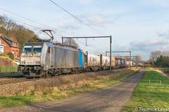 La BR186 424 (ex-2863) en charge d'un train depuis Aachen ici à Testelt ce 13 janvier 2018. by Photographie ferroviaire -