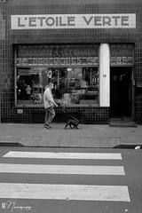 Les Marolles - 083 (bruxelles5) Tags: marolles brussels bruxelles quartier populaire rue haute noir blanc black white