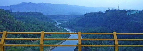 INDONESIEN, Java , Richtung Bandung, Blick über die Brücke, 17127/9617