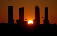 Atardecer en Madrid (chuscordeiro) Tags: madrid españa atardecer solpor cuatrotorres valdebebas ctba color urbana street building edificios skyline canon1dxmarkii canon100400isii airelibre sol sun sunset