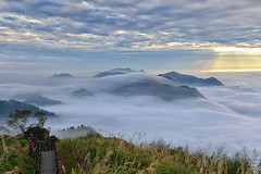Sea of clouds at Xi Din隙頂雲海 (Vincent_Ting) Tags: 頂石棹 石棹 番路鄉 竹崎鄉 阿里山 嘉義 雲海 夕陽 夕照 茶園 琉璃光 台灣 taiwan jiayi alisan formosa clouds sunset sky teafield seaofclouds 雲瀑 雲霧 阿里山國家公園 crepuscularrays vincentting