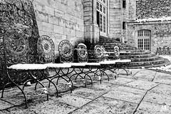 les 7 chaises DxOFP KTriX400  XT2 DSCF1088 (mich53 - thank you for your comments and 4M view) Tags: noirblanc monochrome larocheguyon explore chaises neige monocromo xf1655mmf28rlmwr xt2 château france pavés rasdusol snow chairs winter saisons 4winter hiver schnee stühle escaliers